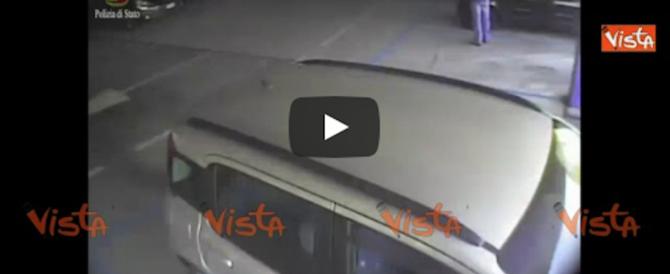 Incendia l'auto della ex, la telecamera lo incastra: è un vigile del fuoco (video)