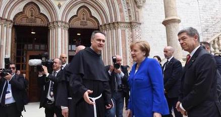 Governo Italia, la Merkel non fa come Macron: va ad Assisi e si cuce la bocca