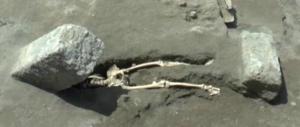 Scheletro sotto a un masso: nei nuovi scavi di Pompei, ritrovamento horror
