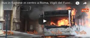 Paura a Roma, esplode un autobus in via del Tritone. Ignote le cause (VIDEO)
