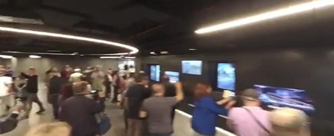 La gente prende la metro C e la sindaca Raggi se ne vanta: è un'emozione (video)