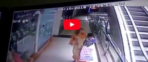 Selfie fatale sulle scale mobili e una bimba di 10 mesi precipita (video)