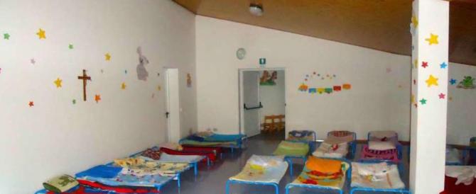 Escrementi di topo sui lettini dei bimbi in una scuola: genitori inferociti