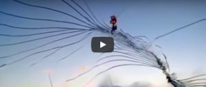 Il parabrezza dell'aereo esplode in volo: il pilota salva 119 passeggeri (video)