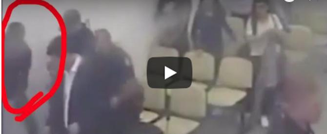 Albanese scappa dal tribunale dopo la condanna. La fuga è da comica (video)