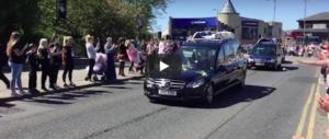 Peluche e soldatini al funerale di Alfie Evans: Liverpool dà l'addio al «piccolo guerriero» (video)