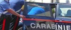 """Tradito dal look. Indossa una maglia con la scritta """"pusher"""": arrestato per spaccio"""