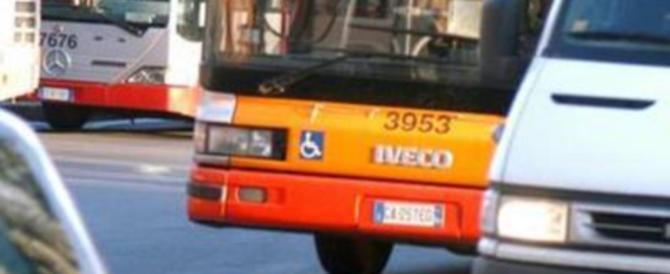 Follia a Roma, auto blocca il bus. Un 30enne si ribella: picchiato a sangue