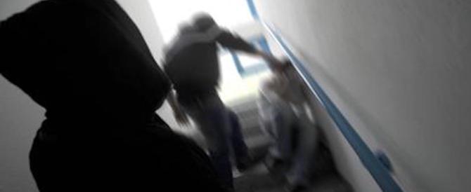 Botte e umiliazioni a scuola: un incubo lungo un anno, poi la denuncia dei 5 bulli