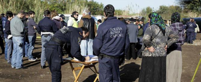 Roma, carabinieri nel campo nomadi: trovate mazze, spade e pistole