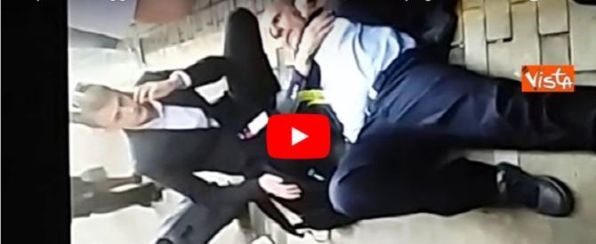 Cremona, ferroviere aggredito a pugni e calci in faccia (video)