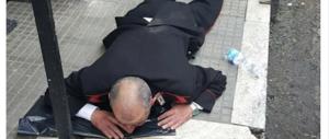Carabiniere aggredito da un nigeriano: a terra, il viso schiacciato sull'asfalto