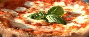 Nella nostra pizza mozzarella lituana, pomodoro cinese e olio tunisino…