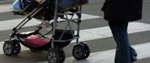 Roma, mamma ubriaca in strada col passaggino: neonato salvato dai passanti