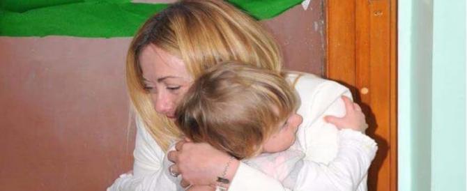 """Auguri mamme d'Italia. La foto di Meloni con la figlia scatena rancori """"sinistri"""""""