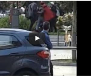 Milano, rissa tra immigrati alla stazione. I passanti filmano tutto (video)