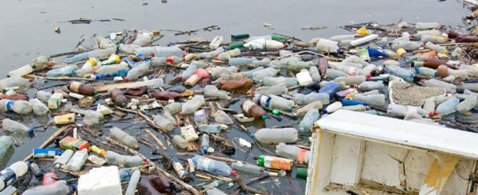 Parlamento Ue mette al bando la plastica monouso: «Divieto di vendita dal 2021»