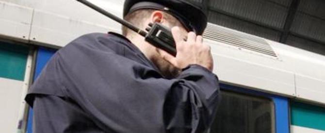 Afferra un agente per la cravatta e tenta di strangolarlo: arrestato nigeriano