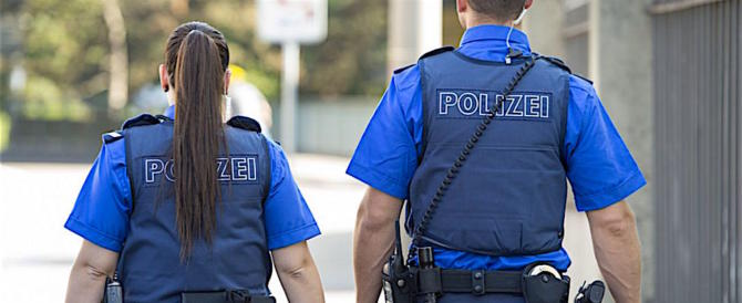 """""""Polizia, ferme"""". Romeno tenta di stuprare due ragazze sulla spiaggia di Sciacca"""