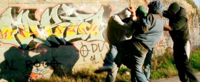 Il prof rimprovera uno studente e lui lo colpisce in pieno volto con un pugno