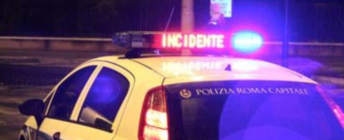 Roma, scontro frontale tra taxi e auto: feriti gravi. A Lunghezzina muore scooterista