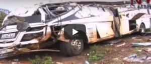 Carambola mortale tra bus, trattore e tir: almeno 40 morti in Uganda (video)