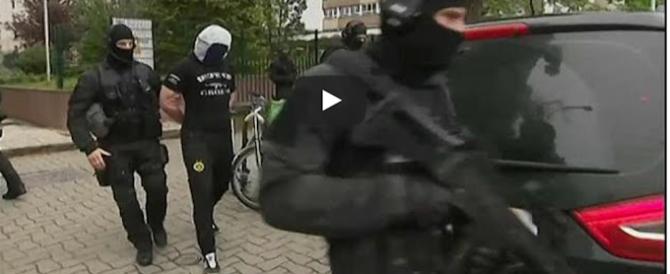 Attentato di Parigi, la polizia cerca i complici. Primi arresti a Strasburgo (video)