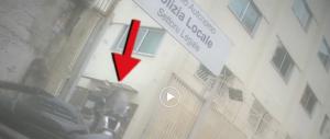"""Vigile napoletano viaggia senza assicurazione: """"Mi è scaduta"""" (video)"""