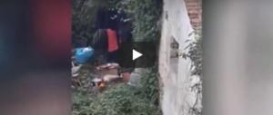 Una nomade cucina e mangia un gatto. La scena è sconcertante (video)