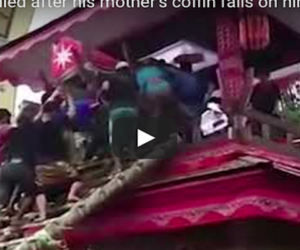 Muore schiacciato dalla bara di sua madre: tragica fatalità al funerale (video)