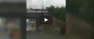 Ancona, l'auto sommersa dall'acqua, 2 donne intrappolate: salvate dai poliziotti (Video)
