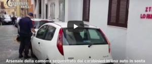 Armi da guerra e munizioni: l'arsenale della camorra nascosto in un'auto (video)
