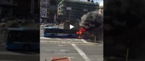 Guasti alla metro e 2 bus in fiamme: a Roma un altro giorno di ordinaria follia (video)