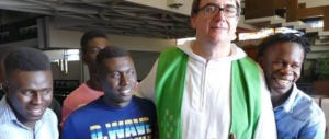 Il prete che accompagna i migranti in piscina ne ha fatta un'altra delle sue…