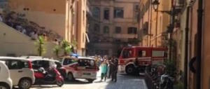 Roma, a fuoco un palazzo in centro: ustionata una donna. Anche Fico giù in strada
