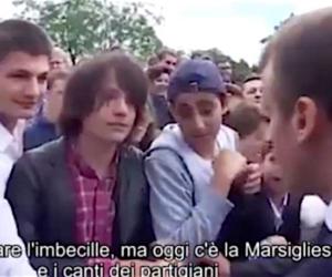 Macron perde la testa con un ragazzino: «Imbecille, zitto e ascolta la Marsigliese» (video)