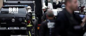 Paura a Parigi: uomo armato prende in ostaggio alcune persone