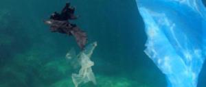 """Plastica, stop alle """"isole"""" galleggianti a mare: riciclo e materiali green"""