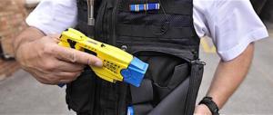 Arrivano i taser anche per la polizia italiana: ma ad amperaggio ridotto…