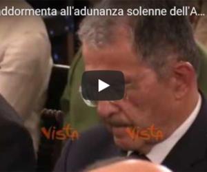 L'ultima figuraccia di Prodi: si addormenta durante un convegno (video)