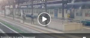 Violenta rissa tra nigeriani alla stazione di Modena: un cittadino filma tutto (video)