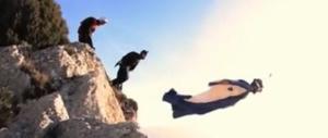 Si lancia con la tuta alare ma qualcosa va storto: turista si schianta e muore