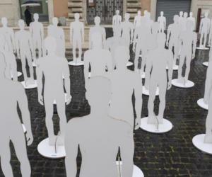 Mille sagome bianche in piazza Duomo: l'Ugl denuncia le morti sul lavoro (video)
