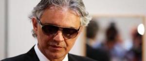 Paura per Bocelli, i ladri entrano nella sua villa. Tenore, moglie e figli svegliati dalle urla