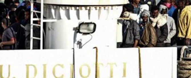 """La Diciotti si allontana, niente manette per i migranti """"pirati"""": l'ira di Salvini"""