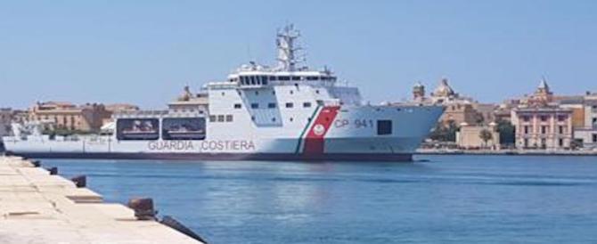 La nave Diciotti è a Trapani, Salvini: «Non autorizzo nessuno a scendere»