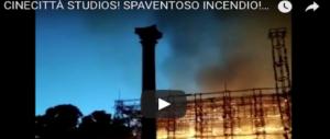 Sogni in fumo. Cinecittà brucia nella notte: le fiamme divorano il set di Roma antica (VIDEO)