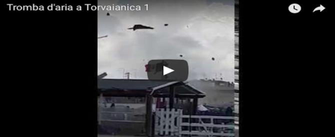 Una tromba d'aria ha colpito la spiaggia di Torvaianica nel Lazio. I video dei bagnanti