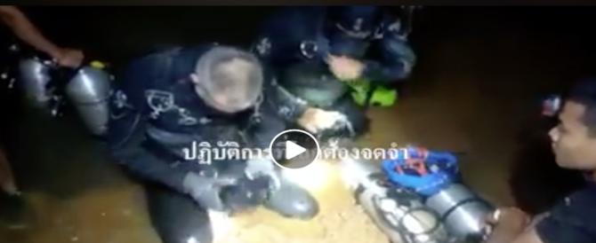 I bambini portati a braccia fuori dalla grotta: così il salvataggio (video)