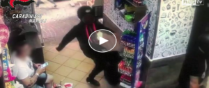 Raid camorrista nel bar del rione Sanità: sfasciano tutto per uno sgarro verbale (video)